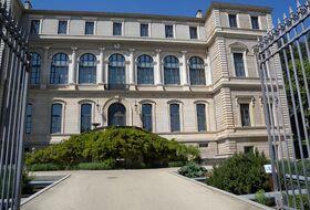 Parkeerplaatsen Museum van kunst en industrie in Saint Etienne - Boek tegen de beste prijs