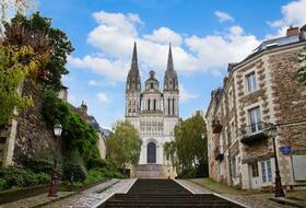 Parkeerplaatsen Saint-Maurice-kathedraal in Angers - Boek tegen de beste prijs