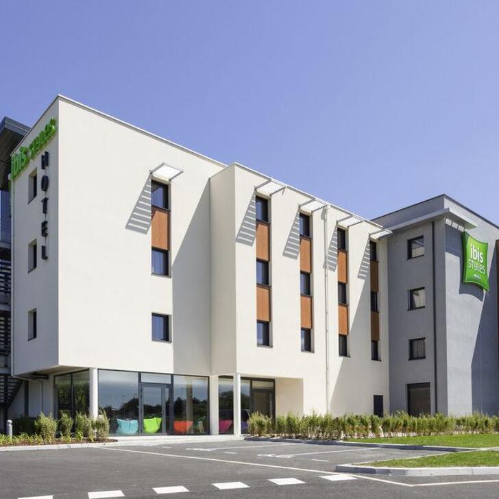 IBIS STYLES VIERZON Hotel Car Park (External) Vierzon