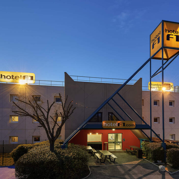 F1 GENÈVE AÉROPORT FERNEY VOLTAIRE Hotel Car Park (External) Ferney-voltaire